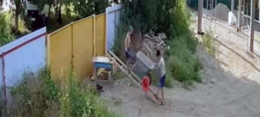 Попа на заборе видео — photo 2