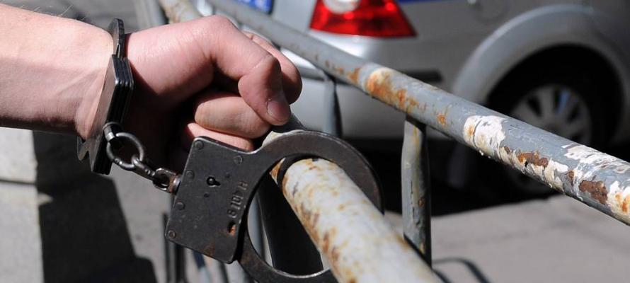 Под Петрозаводском водитель пытался избавиться от наркотиков во время проверки автоинспекторов