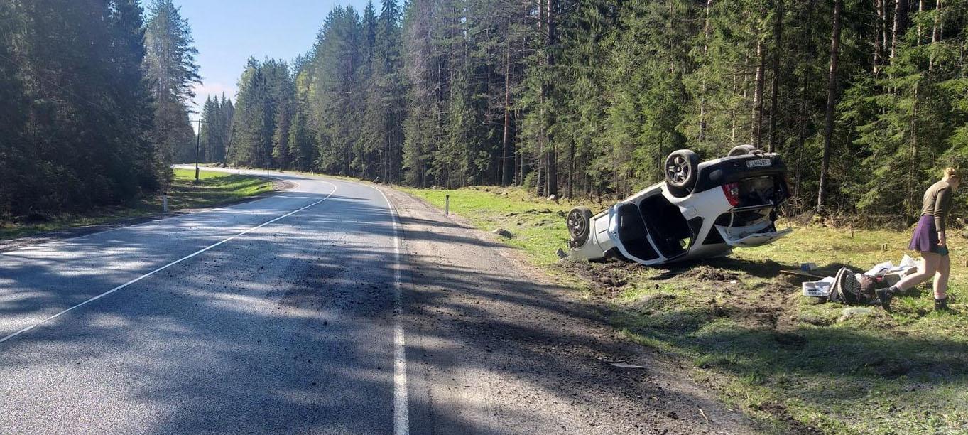 Молодой водитель улетела в кювет на трассе в Карелии и получила травмы