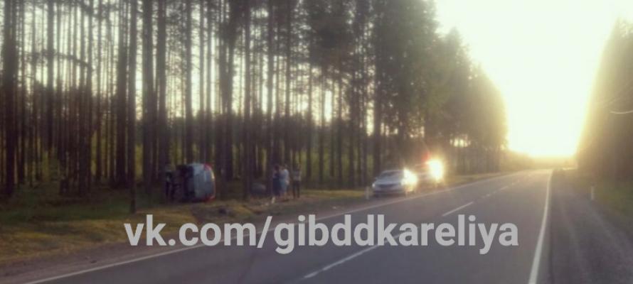 В Карелии юный водитель уронил автомобиль в кювет – пострадали два человека