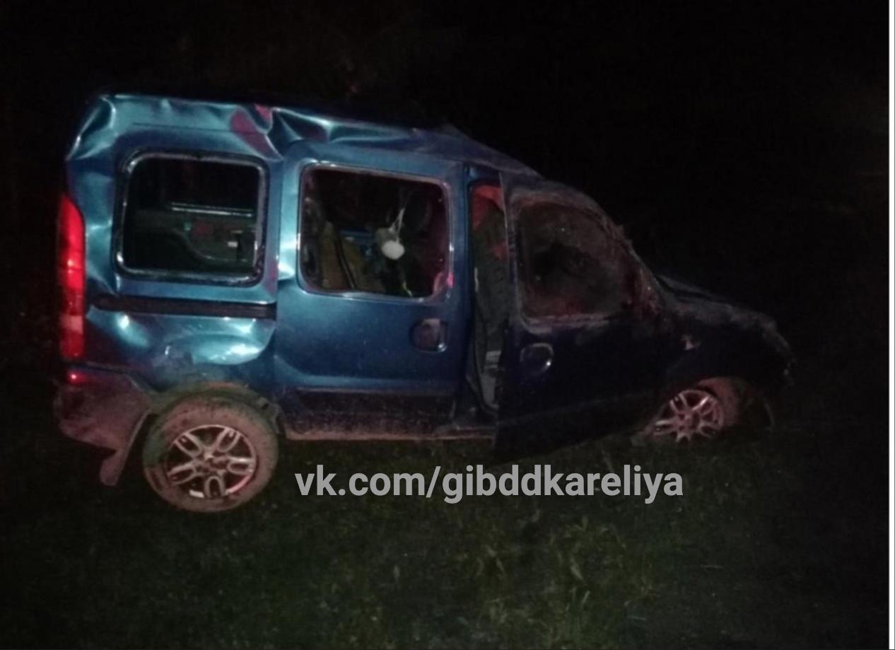 Иномарка вылетела в кювет в районе Карелии, пострадали пожилые водитель и пассажирка