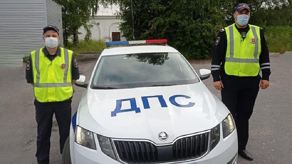 Автоинспекторы помогли автотуристу, которому стало плохо на трассе в Карелии